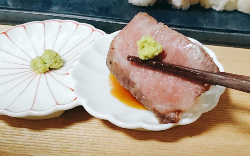 解凍した肉寿司